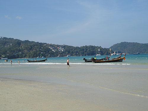 Ja, das ist wirklich Patong. Während die Nachtschwärmer noch ihren Rausch ausschlafen, hat man den Strand für ein, zwei Stunden (fast) für sich alleine. (Foto: Sören Peters)