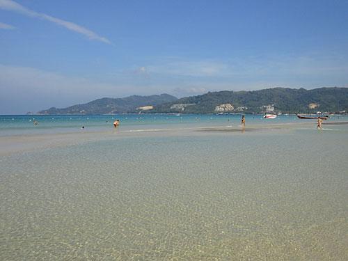Türkisblaues Wasser und ein Strand, der flach ins Meer abfällt: Patongs Beliebtheit hat seine Gründe. Am Ende habe ich es doch noch geschafft, Frieden zu schließen mit dem Ort - und würde sogar noch einmal her kommen. (Foto: Sören Peters)