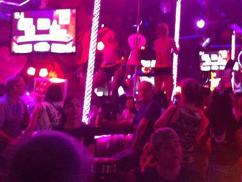 Während einige Herren noch die Silikon-Mädels in der Tiger-Bar angaffen... (Foto: Sören Peters)