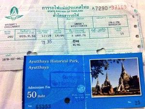 Die wohl günstigste Bahnfahrt meines Lebens - zwei Stunden Zugfahrt für 15 Baht - nicht einmal 50 Cent. Vorne: eintritt in den Geschichtspark. (Foto: Sören Peters)