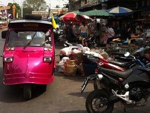 Die Tuk Tuks in Ayutthaya sehen anders aus als die in Bangkok. Sie stammen angeblich aus einer japanischen Baureihe. Die Aufnahme entstand an der belebten Naresuan Alley. (Foto: Sören Peters)