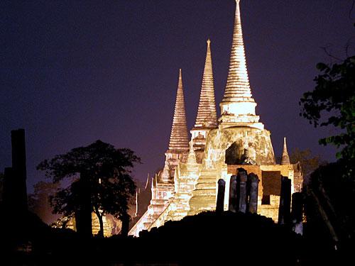 """Nach einbruch der dunkelheit werden die Anlagen mit Licht in Szene gesetzt, hier der Wat Phra Sri Sanphet. (Foto: <a href=""""http://www.flickr.com/photos/cmdrgravy/2596346636/"""">CmdrGravy</a> via <a href=""""http://photopin.com"""">photopin</a> <a href=""""http://creativecommons.org/licenses/by-nc-nd/2.0/"""">cc</a>)"""