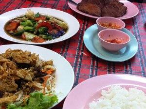 Das Chiang Rai in einer Seitenstraße der Bangla Road serviert knackiges Gemüse, Fischfrikadellen und Rind mit Knoblauch und Pfeffer. (Foto: Sören Peters)
