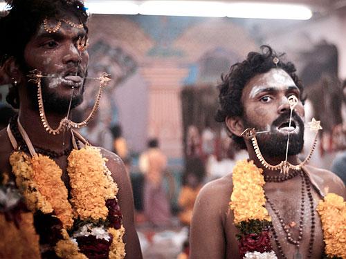 """Masochistische Rituale beim Thaipusam-Fest. Zahlreiche Pilger feiern jedes Jahr im Januar/Februar den Geburtstag von Gott Murugan an und in den Batu-Höhlen. (Foto: <a href=""""http://www.flickr.com/photos/fleecircus/5372538674/"""">FLEECIRCUS</a> via <a href=""""http://photopin.com"""">photopin</a> <a href=""""http://creativecommons.org/licenses/by-nc-sa/2.0/"""">cc</a>)"""