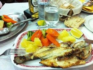 Eine frische Dorade, Gemüse und Olivenöl - was will man mehr? (Foto: Sören Peters)