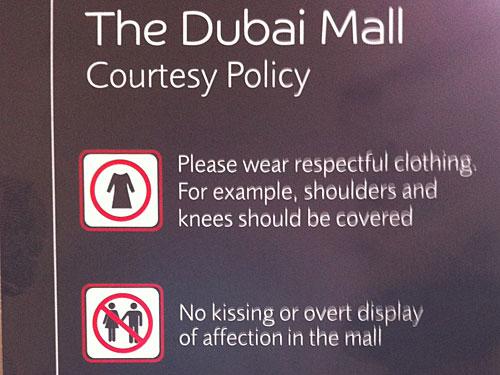 Schultern und Knie bedeckt halten. Auch wenn der Dresscode nicht so strikt umgesetzt wird, sollte man sich doch lieber dran halten. (Foto: Sören Peters)