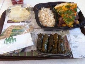 Libanesische Grillplatte und gefüllte Wienblätter im Foodcourt der Dubai Mall. (Foto: Sören Peters)