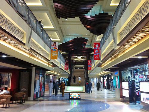 Etwas besser schneidet die Al-Hamra-Mall ab, rund eine halbe Autostunde von RAK City entfernt. Viele Läden haben jedoch noch nicht eröffnet. (Foto: Sören Peters)