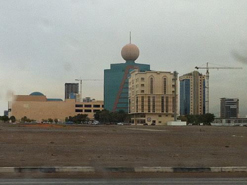 """Mit seiner Kugel auf dem Dach sticht das Etisalat-Gebäude aus der """"Skyline"""" von RAK City hervor. In unmittelbarer Nähe befinden sich das Hilton-Stadthotel und das Doubletree. (Foto: Sören Peters)"""