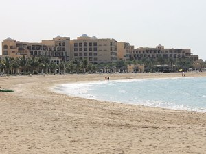Hauptgebäude des Hilton Beach Resort. (Foto: Sören Peters)
