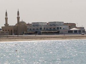 Öffentlicher Strand und Moschee neben dem Hilton Beach Resort. (Foto: Sören Peters)