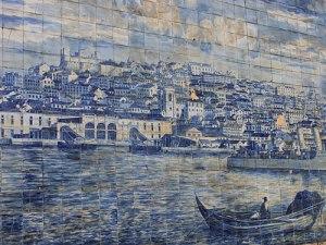 Gekachelte Stadtansicht: Azulejos am Miradoura Santa Luzia. (Foto: Sören Peters)