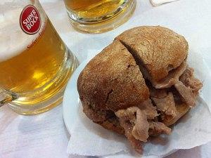 Bifana, also Fleisch im Brötchen, ist Fast Food auf portugiesische Art. (Foto: Sören Peters)