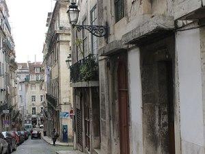 In einer Seitenstraße bröckelt der Putz von den Wänden. (Foto: Sören Peters)