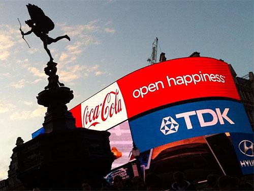 Nur einen Katzensprung davon entfernt befindet sich der einstige Nabel der Welt, der Piccadilly Circus, mit seiner markanten Leuchtreklame und dem Eros-Brunnen, der nach einem Umbau kein Brunnen mehr ist. (Foto: Sören Peters)