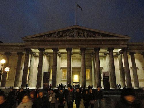 Wer die Station Tottenham Court Road passiert und weiter Richtung Osten läuft, gelangt bald zum British Museum, mit mehr als sechs Millionen Besucher pro Jahr einer DER Publikumsmagneten. (Foto: Sören Peters)