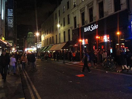 Der Piccadilly Circus ist - zumindest wenn man aus Richtung Süden kommt, das Tor zum Soho-Viertel. Hier reihen sich Bars, Pubs, Clubs und Restaurants aneinander. Und hier hat auch die Schwulen- und Lesbenszene ihren Treff. (Foto: Sören Peters)