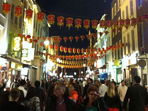 Zudem befindet sich in Soho Londons Chinatown. Allerdings nicht so spektakulär wie in anderen Weltstädten. An zwei Straßen Reihen sich Restaurants und Geschäfte aneinander. (Foto: Sören Peters)