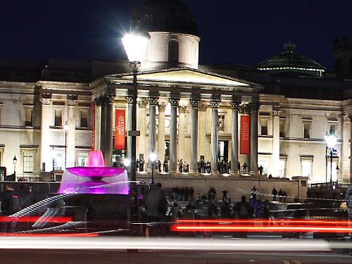 Vom Palast aus schlendern wir die Prachtstraße The Mall hinunter und kommen zum Trafalgar Square. Vor Kopf: Die National Gallery. Wie in allen staatlichen Museen ist der Eintritt frei. (Foto: Sören Peters)