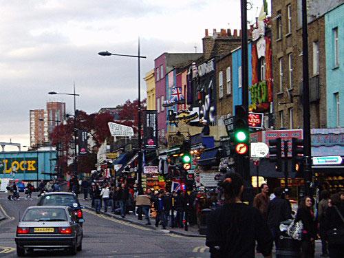Camden High Street, auf dem weg von der U-Bahn zum Camden Lock Market. (Foto: Sören Peters)