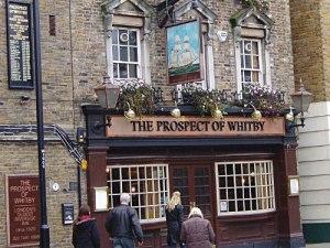 """Ganz anders das """"Prospect of Whitby"""" - London's oldest Riverside Inn. Seit dem 16. Jahrhundert wird hier Bier gezapft. An die Zeit der schnellen Gerichtsverfahren erinnert ein Galgen hinter dem Gebäude. (Foto: Sören Peters)"""