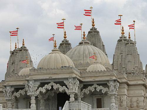 Neben Tower Hamlets ist das Borough of Brent, zu dem die Stadtteile Wembley und Neasden gehören, das einzige Verwaltungsgebiet, in dem eine ethnische Minderheit die Mehrheit der Bevölkerung stellt. Das zeigt sich nicht nur in den zahlreichen Shops und Restaurants, sondern auch in religiösen Bauwerken. Der Shri Swaminarayan Mandir ist der zweitgrößte Hindutempel außerhalb Indiens. Fußweg ab Tube-Station Neasden: Rund 20 Minuten. (Foto: Sören Peters)