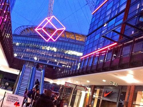 Gleich hinter dem Stadion hat das London Designer Outlet eröffnet. Stores der üblichen Marken und einige Restaurants ergänzen die ohnehin schon gute Infrastruktur in Wembley. (Foto: Sören Peters)