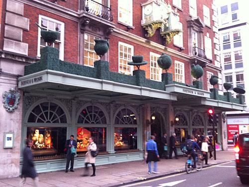 Außenfassade von Fortnum & Mason an der Piccadilly Street. (Foto: Sören Peters)