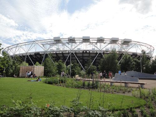 Nach den Spielen 2012 hat sich der Park zum Ausflugsziel für die ganze Familie entwickelt. Im Schatten des Olympiastadions werden vieschiedene Aktivitäten angeboten (Klettern, Radfahren, etc.). Große Grünflächen laden zu Sport und Faulenzerei ein. (Foto: Sören Peters)