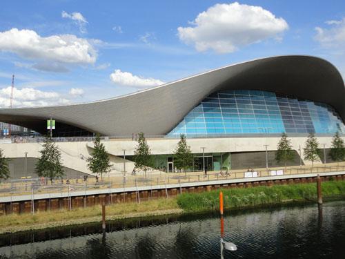 Im Aquatics Centre fanden die olympischen Schwimmwettbewerbe statt. Inzwischen ist das Bad für die Öffentlichkeit zugänglich. Gleich dahinter: Das Westfield-einkaufszentrum. (Foto: Sören Peters)