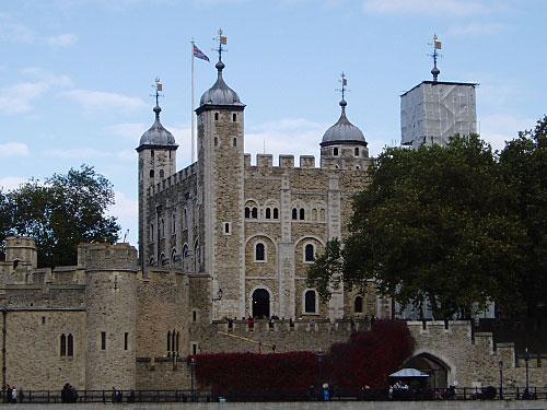 """Im Osten, am Ufer der Themse, steht seit mehr als 1000 Jahren der Tower of London. Einst Königspalast und gefürchtetes Gefängnis, liegen dort heute die Kronjuwelen, bewacht von den """"Beefeatern"""" und den legendären Tower-Raben. (Foto: Sören Peters)"""