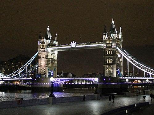 Gleich daneben begrenzt enie der bekanntesten Brücken der Welt, die Tower Bridge, die City Richtung Osten. (Foto: Sören Peters)