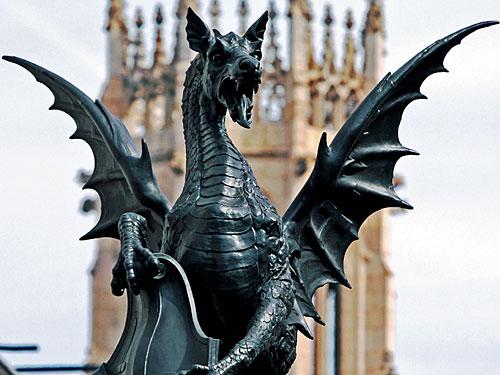 """Wie ein gallisches Dorf liegt die Sonderverwaltungszone der """"City of London"""" mitten in der Stadt, Besucher werden von einem Drachen auf einer Säule begrüßt. Davon zeugen ein eigener Bürgermeister und eigene Polizei. (Foto: Sören Peters)"""