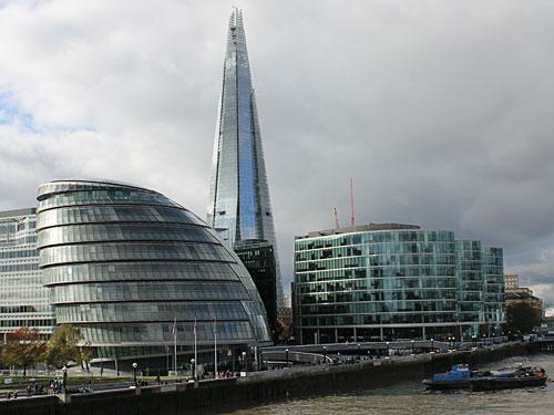 Gegenüber der City, am Südufer der Themse, hat sich in den vergangenen Jahren viel getan: Links das neue Rathaus des Greater London Council, rechts der More-London-Komplex. Dahinter Londons neue Landmarke: The Shard, mit 310 Metern das höchste Gebäude der EU. (Foto: Sören Peters)