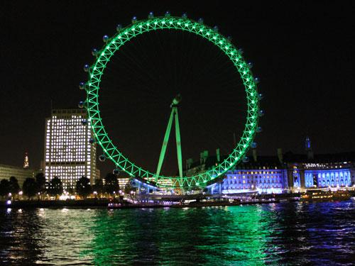 Ebenso wie das London Eye, mit 135 Metern das derzeit höchste Riesenrad Europas. Links: Das Shell Building, rechts die alte County Hall, die unter anderem das Gruselkabinett London Dungeon beherbergt. (Foto: Sören Peters)