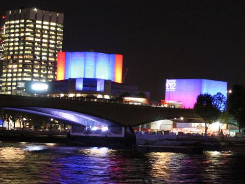 Tagsüber ist das National Theatre ein grauer Betonklotz, nachts aber ist es wunderschön illuminiert. (Foto: Sören Peters)