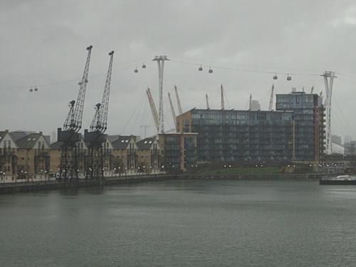 """Etwas weiter flussabwärts befinden sich die Royal Docks. Eine neue Attraktion ist die Seilbahn """"Emirates AirLine"""". (Foto: Sören Peters)"""