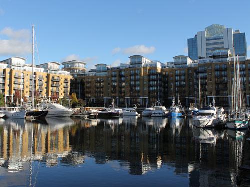 Das St. Katherine's Dock war das älteste der geplant angelegten Docks. Wo früher die Hafenarbeiter schufteten, haben nun die Reichen ihr Apartment, auf Wunsch mit Liegeplatz für die Yacht. (Foto: Sören Peters)