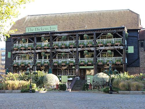 Hier befindet sich eines der schönsten Londoner Pubs, das Dickens Inn, das heute jedoch eher als Restaurant betrieben wird. (Foto: Sören Peters)