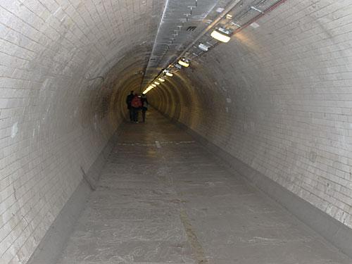 Von der Südspitze der Isle of Dogs, die eigentlich eine Halbinsel ist, geht es durch den Foot Tunnel unter der Themse her nach Greenwich. (Foto: Sören Peters)