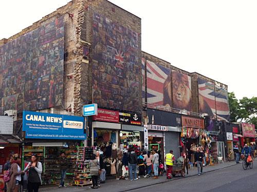 Nicht nur auf dem Markt selbst, sondern auch an der Camden High Street gibt es zahlreiche Shops. (Foto: Sören Peters)