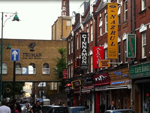 Nach Hugenotten und Juden bestimmen nun Einwanderer aus Südasien das Straßenbild der geschichtesträchtigen Brick Lane. (Foto: Sören Peters)