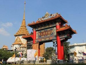 Am Tor zu Chinatown befindet sich der Wat Traimit. (Foto: Sören Peters)
