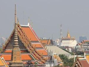 Blick vom Wat Arun auf den Wat Saket (r.). (Foto: Sören Peters)