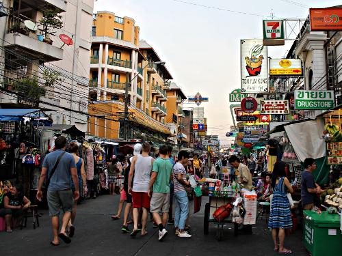 Verkaufsstände und Reklametafeln an der Khao San Road in Bangkok. (Foto: Sören Peters)