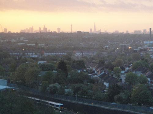 Sonnenaufgang über London, gesehen vom Hotel ibis Wembley. Wie sicher ist es zwischen den ikonischen Landmarken der Stadt? (Foto: Sören Peters)