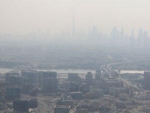 Abflug: Im Dunst zeichnet sich die Skyline von Downtown dubai ab. (Foto: Sören Peters)