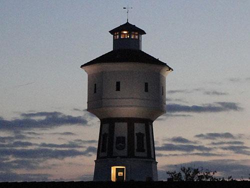 Hinter dem Wasserturm versinken die letzten Sonnenstrahlen im Meer. (Foto: Sören Peters)