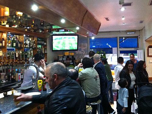 Männer sitzen an der Bar, im TV läuft Fußball. Die Einrichtung, die Atmosphäre, die Sprache - alles versetzt einen nach Lissabon. (Foto: Sören Peters)