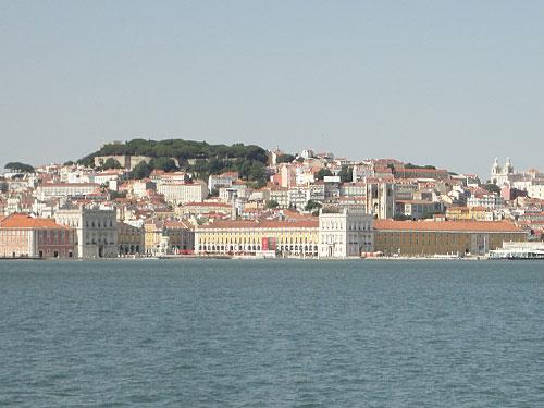 Blick vom Tejo auf die Praça do Comércio (vorne), den Burghügel (hinten) und das Kloster São Vicente de Fora (rechts). (Foto: Sören Peters)